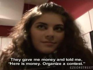 Vakker brunette zuzana gives en hode til kontanter