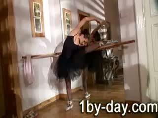 Luscious 芭蕾舞女演員 masturbates