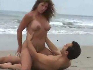 Rica morena tetuda, calenturienta 有性 en la playa