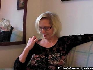 Zkažený babičky pushes ji fist nahoru ji starý píča