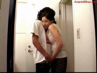 Матуся giving мінет для молодий guy сперма для palm на the toilett