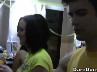 自由 宿舍 parties 视频