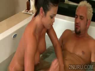 Bruna juggy sucks e fucks enorme dong in caldi bathtub