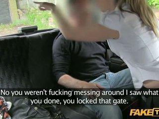 Av toll politiet kvinne enters en fake taxi