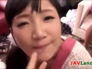 Słodkie japońskie swallowing a los z sperma