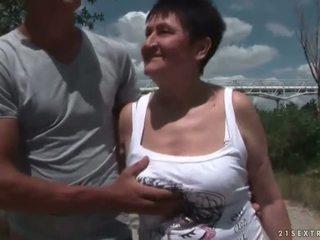 Mamalhuda avó a foder dela jovem boyfriend ao ar livre