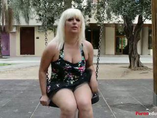 Susana se masturba a escondidas en un parque público
