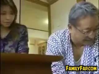 Azijietiškas žingsnis dukra su the senas vyras