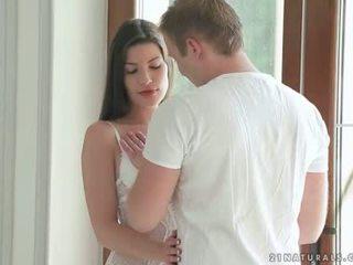 Brunetka enjoying romantic seks z jej boyfriend