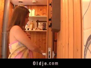 Grey vecchio uomo seduced da teeny ragazza in il sauna fucks bagnato fica <span class=duration>- 6 min</span>
