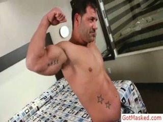 मसल्ड मेच्यूर guy stripping