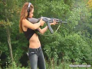 Shooting guns κοντά με μερικοί avid fool
