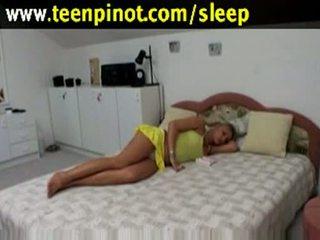 Rambut pirang babe kacau sementara tidur di sebuah hotel ruang