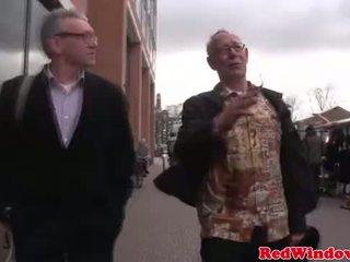 Nyata pelacur cumswaps dengan sebuah kotor tua bastard