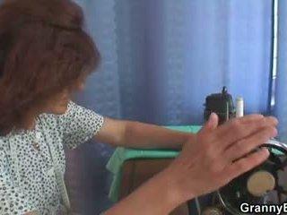 Um cliente bangs velho sewing