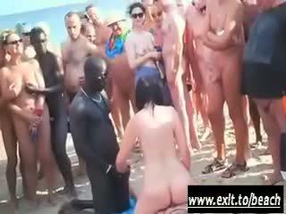 Διαφυλετικό πάρτι επί ο γυμνός/ή παραλία βίντεο