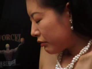 Rijpere japans masturbated met dildo