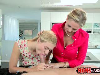 Chaud mère shows son fille comment sucer bite