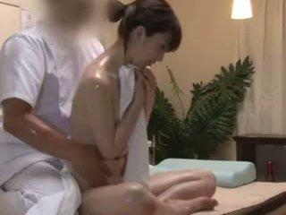 Spycam reluctant teengirl seduced بواسطة masseur