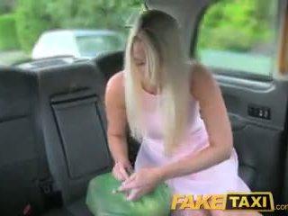 Faketaxi helpful cab driver gives sexy blonde une creampie sur siège arrière