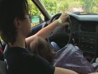 Chick lets meisje geneukt op de auto