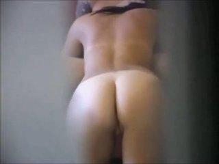 Брюнетка мадама на реален скрит камера