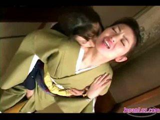 אסייתי נערה ב kimono getting שלה פנים kissed כוס ו - פטמות