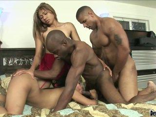 Pair persons och two lady under het bisexuella bonking ögonblick