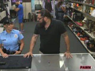 Gjoksmadhe siguri oficer nailed nga pawnkeeper në the dhoma e prapme