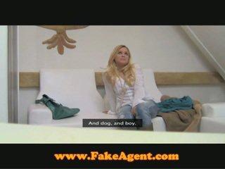 Μπαρ κορίτσι hooking επάνω με fake agent