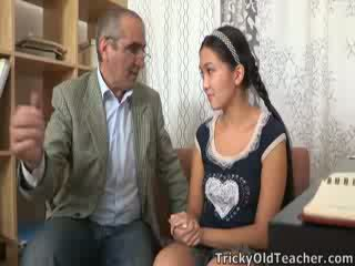 Tricky old perv mugallym persuades aziýaly cutie to suck his sik