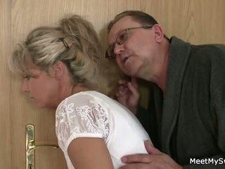 वह leaves और पुराना parents seduces उसके yummy gf