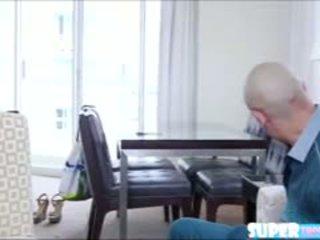 Bruna sexy isabella gets hired da un producer e scopata