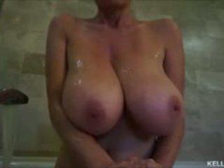 Suur titty milf kelly madison takes tema tatas jaoks a bath