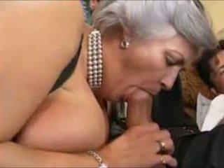 Grey-haired γιαγιά σε ένα γαμήσι από συμμορία