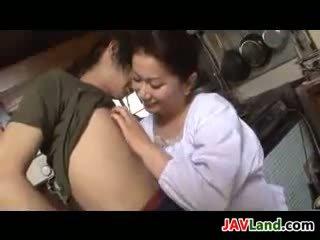 Äldre japanska kvinna sucks kuk för cum