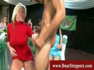 Femme habillée homme nu fête demoiselles avec profond throat