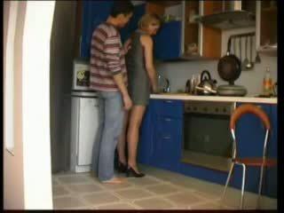 Warga rusia ibu fucks dalam dapur