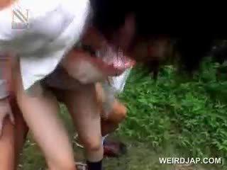 Fragile aasia koolitüdruk getting brutally perses õues