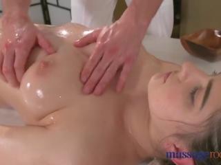 श्यामला, बड़े स्तन, चुंबन