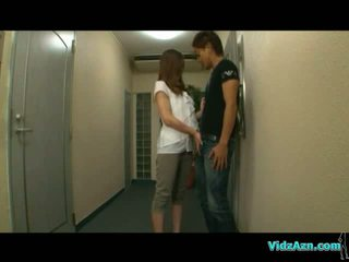 Aasia tüdruk giving suhuvõtmine edasi the corridor getting tema tissid rubbed edasi the voodi sisse the tuba
