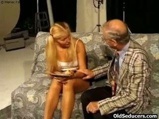 Teeny baisée par en chaleur grand-père