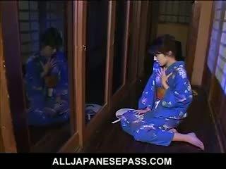 Mai satsuki gets 热 和 bothered serving tea 到 角质