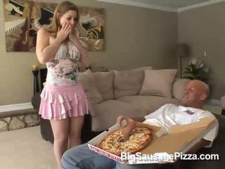 Roztomilý bruneta doing výstřik a titsjob pro pizza guy s pizza na
