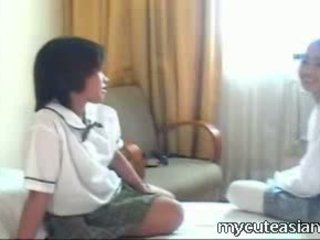 Two 青少年 女同志 亚洲人 女孩 他妈的 周围