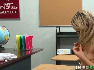 Blondīne koledža meitene nepieredzējošas un jāšanās viņai skolotāja