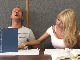 Embistiendo un cachonda rubia dentro clase