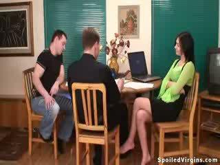 Krūtainas brunete virgin becomes a sieviete par