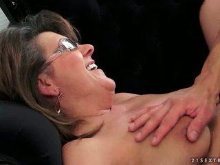 年轻 guy fucks 热 奶奶
