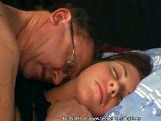 Adolescente follada mientras durmiendo